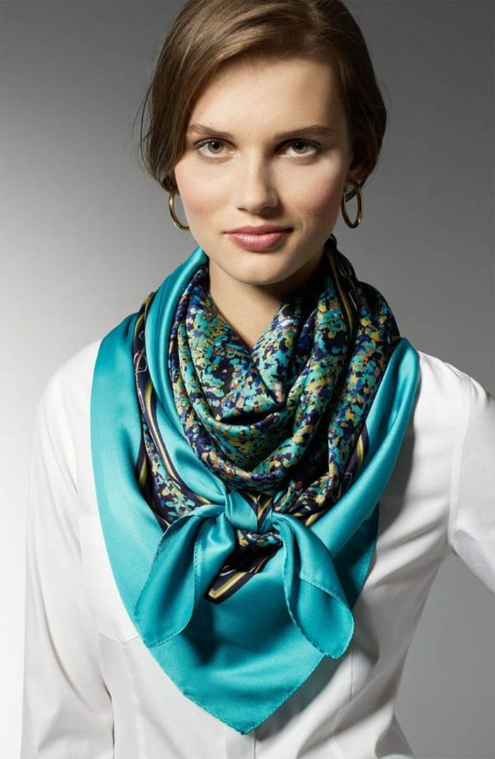 comment-nouer-un-foulard-bleu-echarpe-feminine