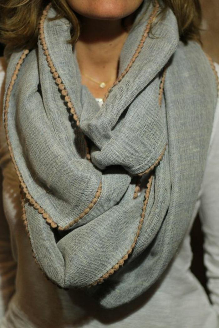comment-nouer-un-foulard-nouage-grosse-echarpe-grise