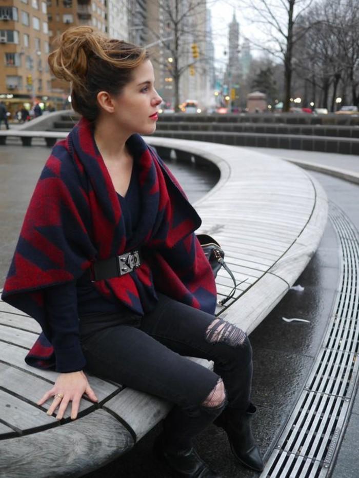 comment-porter-le-poncho-avec-une-paire-de-jeans-déchirés-et-ceinture