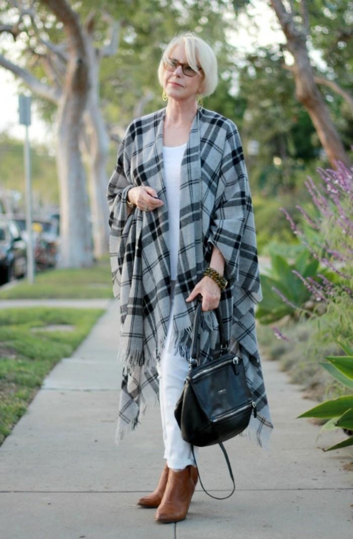 comment-porter-le-poncho-carré-en-gris-et-noir-sac-a-dos-en-cuir-noir