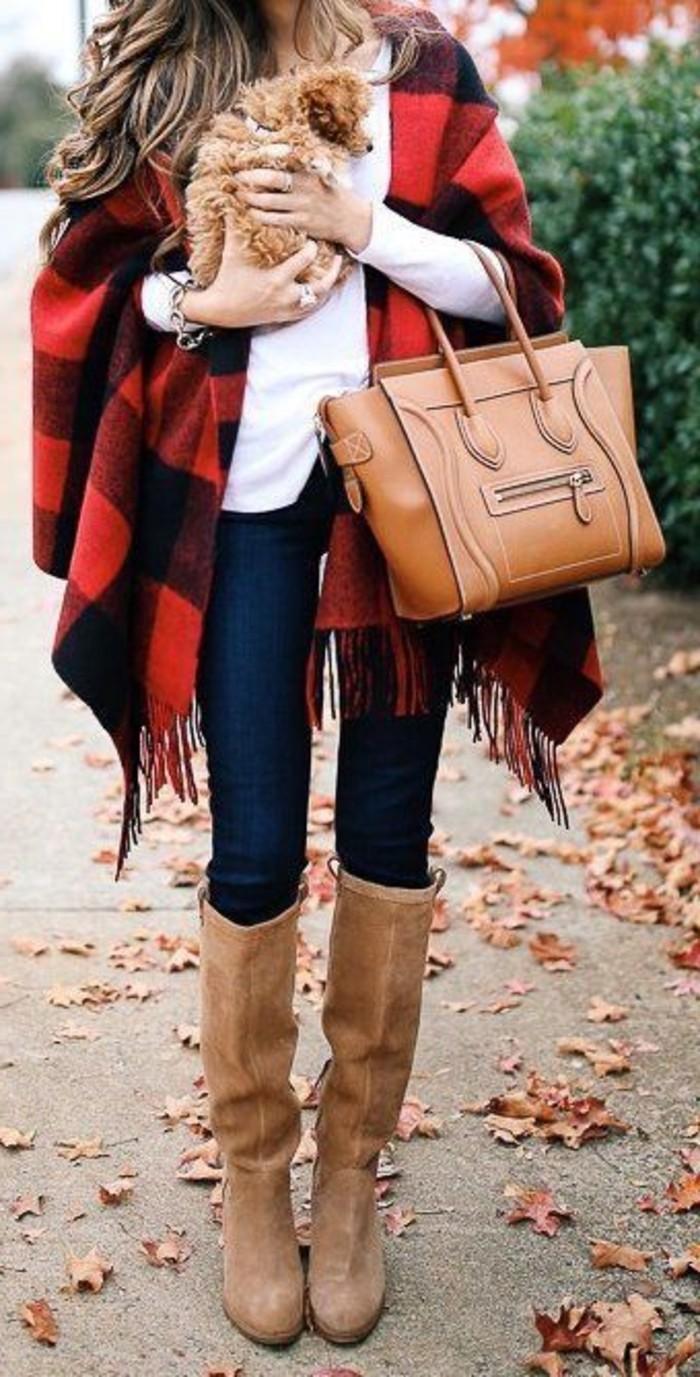 comment-porter-le-poncho-carré-en-rouge-et-noir-sac-a-main-et-bottines-marron