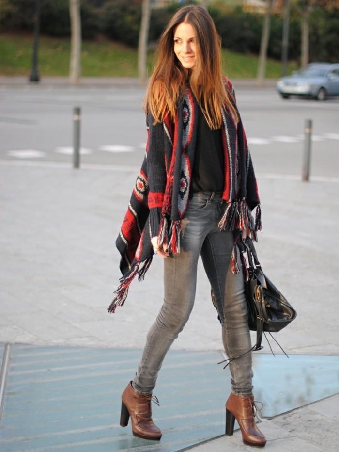 comment-porter-le-poncho-cheveux-raides-manucure-noire-jeans-gris
