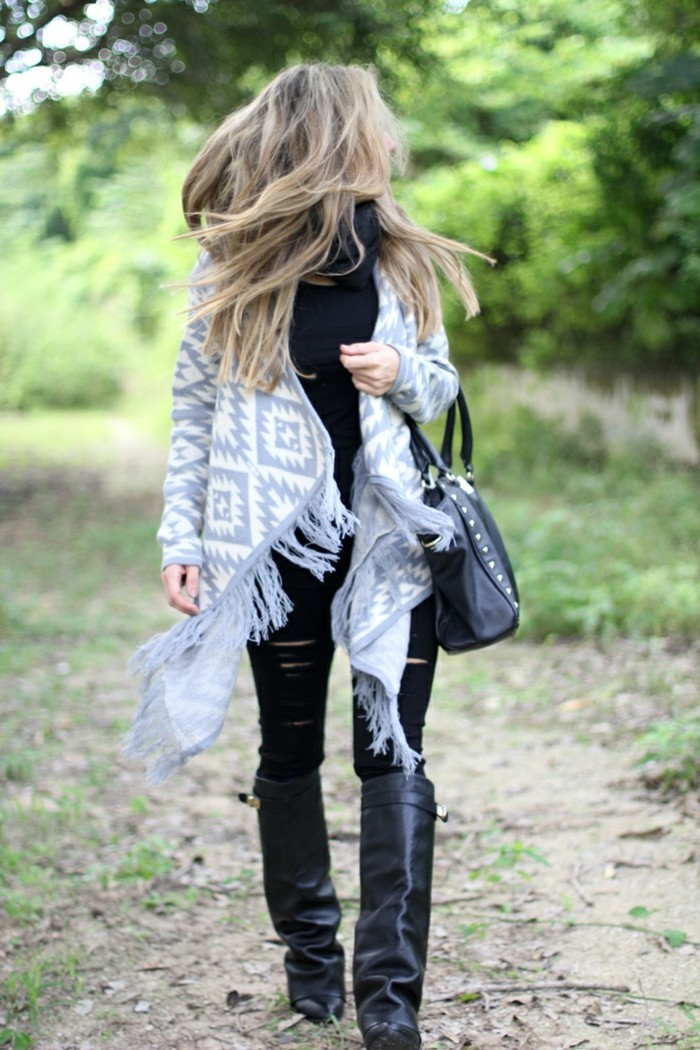 comment-porter-le-poncho-combiner-avec-un-pantalon-déchiré-air-négligé
