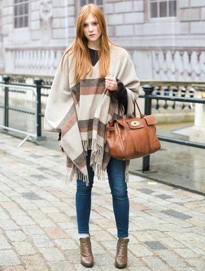 comment-porter-le-poncho-couleurs-d'automne-cheveux-cuivrés-raides