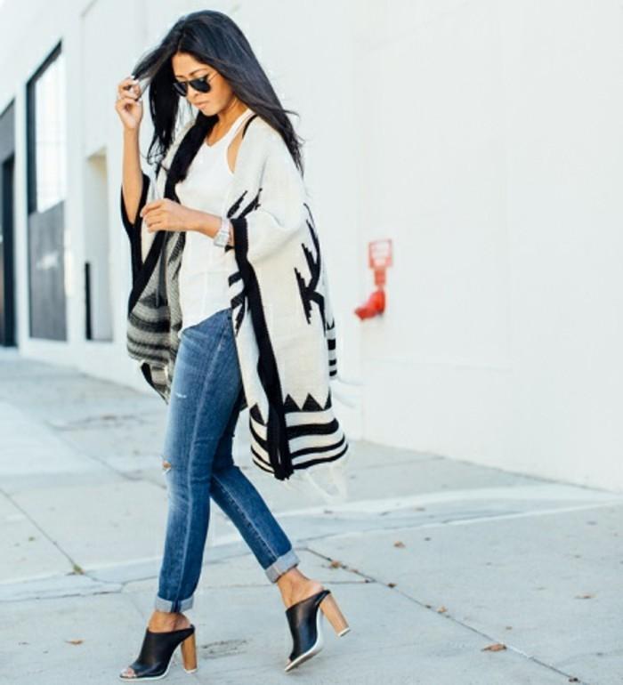 comment-porter-le-poncho-en-blanc-et-noir-modele-d'hiver-en-matiere-epaisse