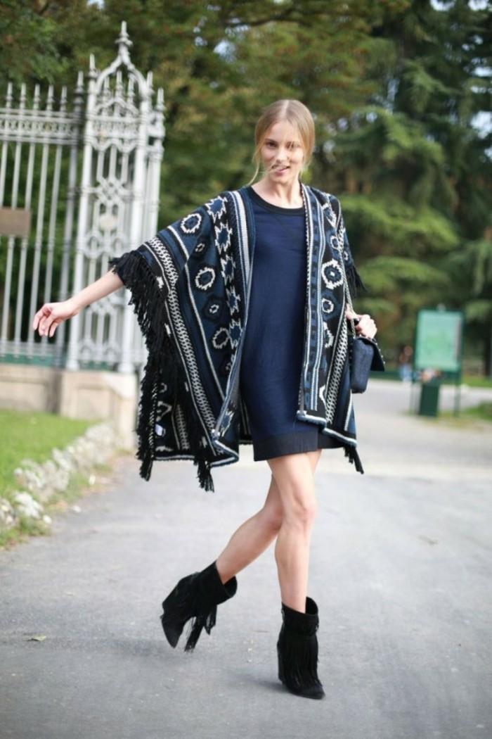 comment-porter-le-poncho-en-couleurs-foncés-noir-bleu-combiner-avec-une-robe-en-même-nuance