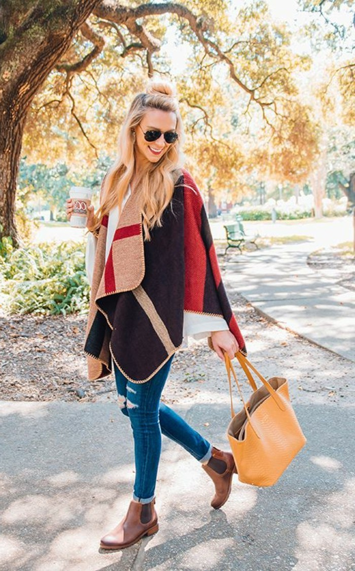 comment-porter-le-poncho-humeur-d'automne-couleurs-chaudes-sourire-café