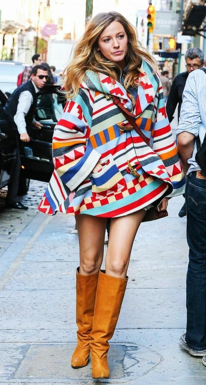 comment-porter-le-poncho-multicolore-cheveux-blonds-motifs-géométriques