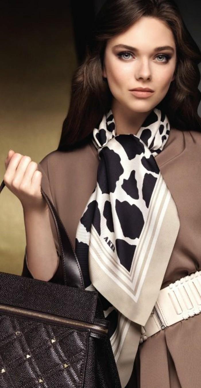 comment-porter-un-foulard-en-soie-nouer-son-foulard-en-soie