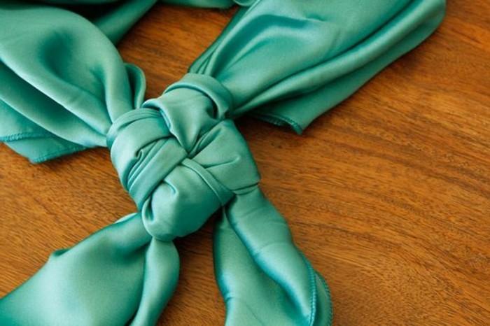 comment-porter-un-foulard-noeud-carre-avec-un-foulard
