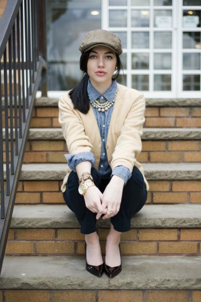 comment-porter-une-chemise-en-jean-collier-en-perles-montre-et-bracelets-en-or