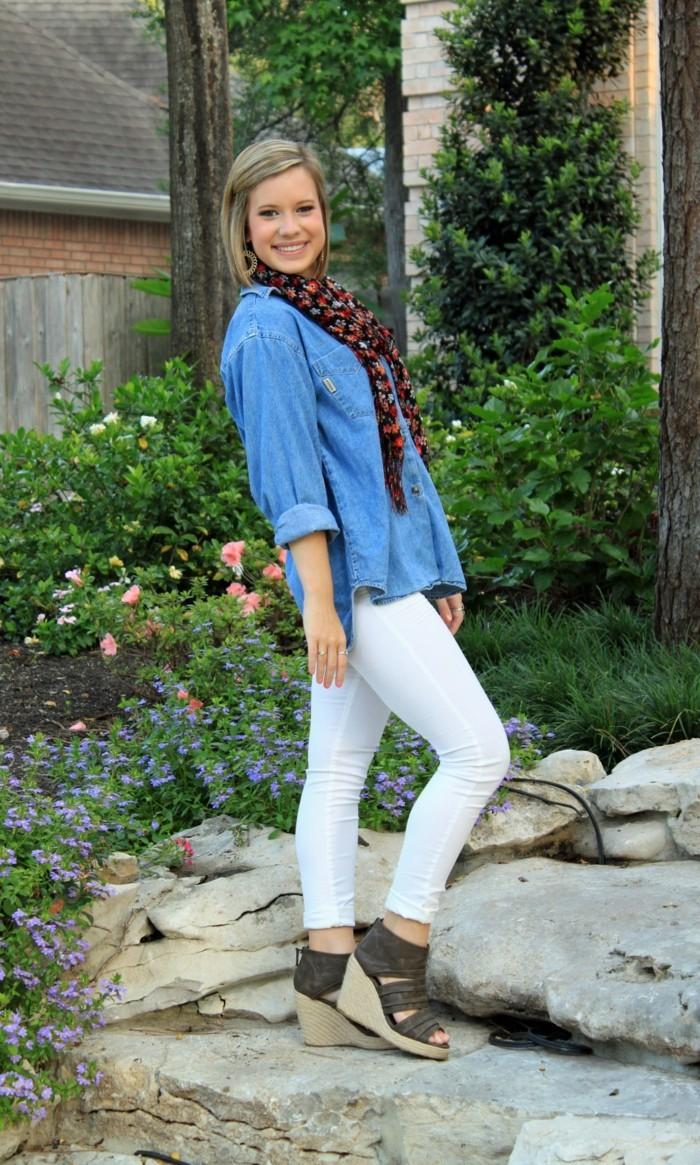 comment-porter-une-chemise-en-jean-echarpe-pantalon-blanc-et-sandales