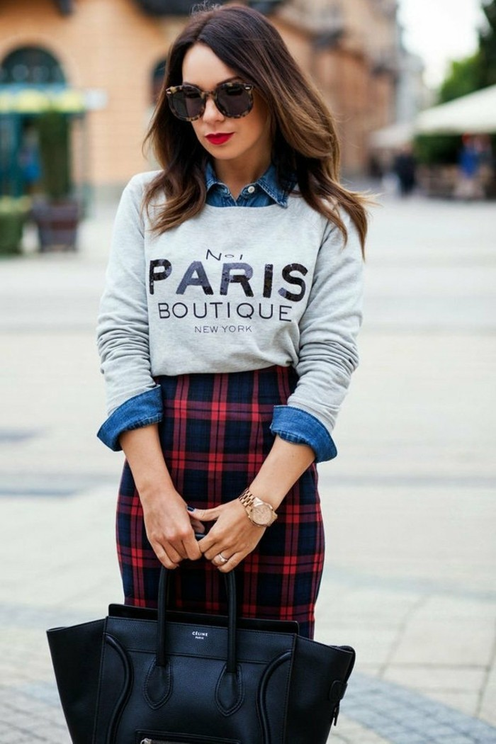 comment-porter-une-chemise-en-jean-jupe-carre-en-rouge-et-noir