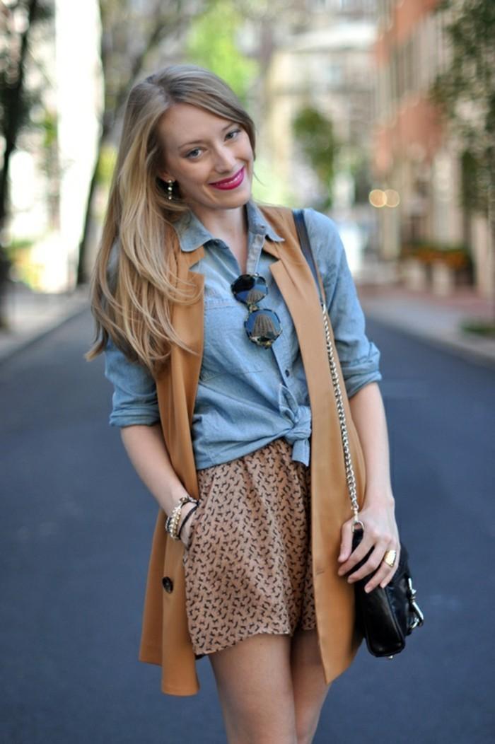 comment-porter-une-chemise-en-jean-shorts-beige-en-deco-noir-bracelets-et-bague-en-or