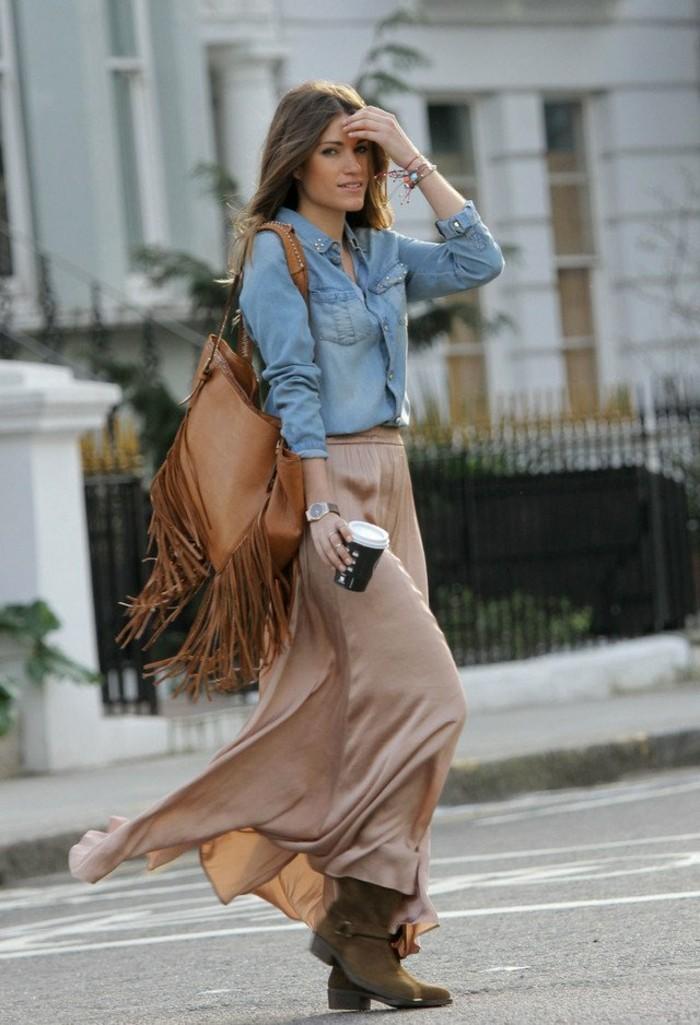 comment-porter-une-chemise-en-jean-style-boho-chic-sac-a-main-marron-avec-des-franges