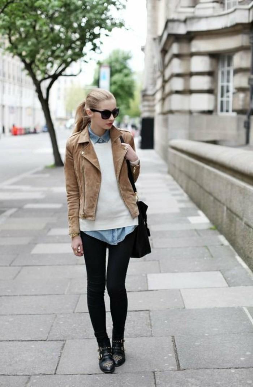 comment-porter-une-chemise-en-jean-veste-beige-pantalon-noir-montre-en-or