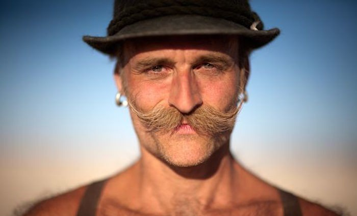 comment se raser la moustache et bouc farmer blond