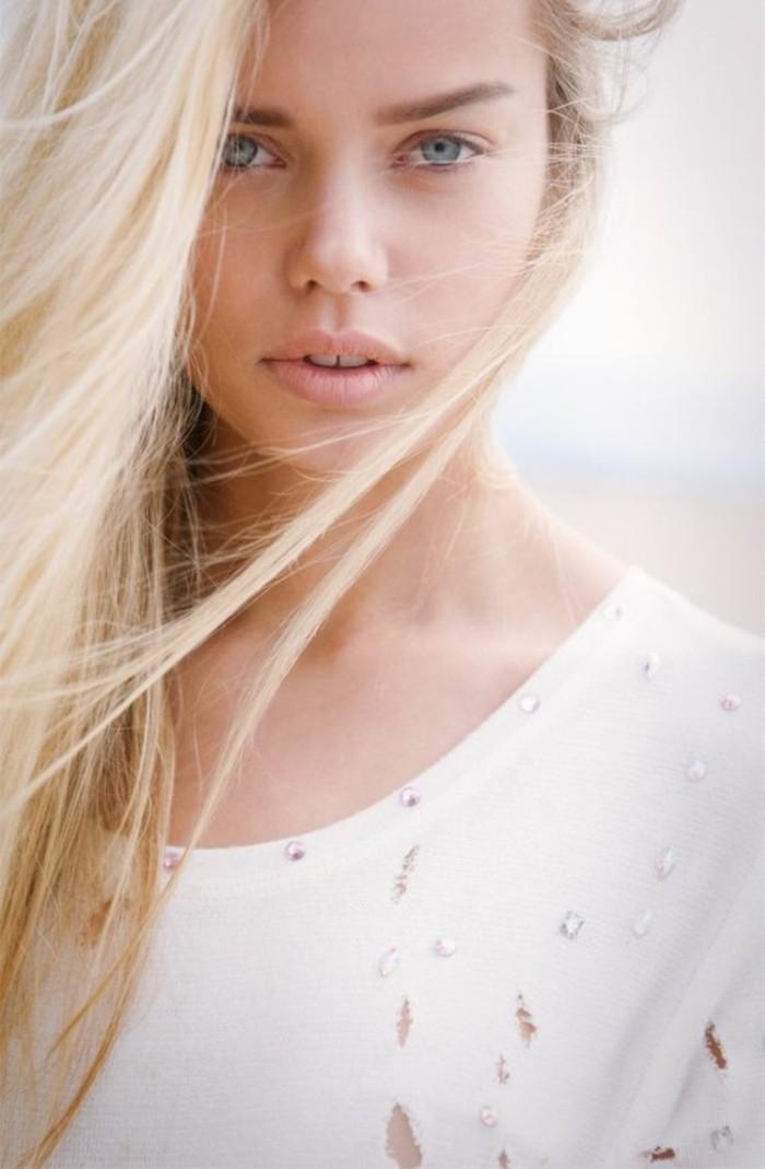 couleur-blonde-platine-cheveux-longs-et-lisses
