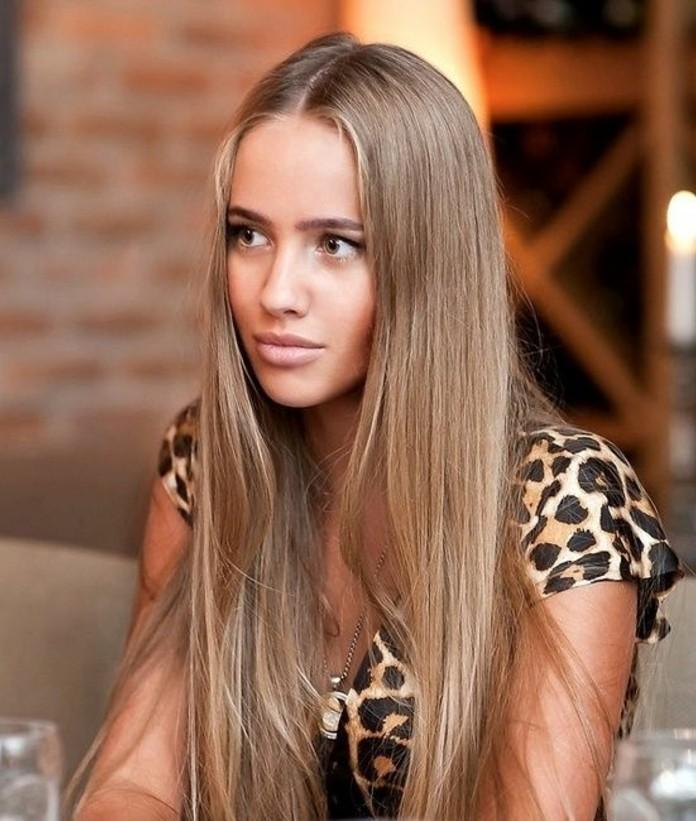 couleur-cendre-cheveux-lisses-longs-chemise-leopard