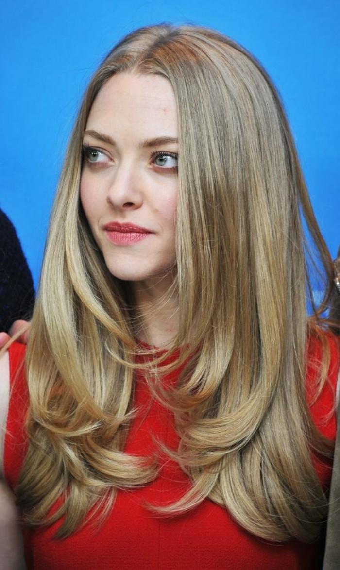 coloration-cheveux-cendré-sur-cheveux-tres-longs-outfit-rouge