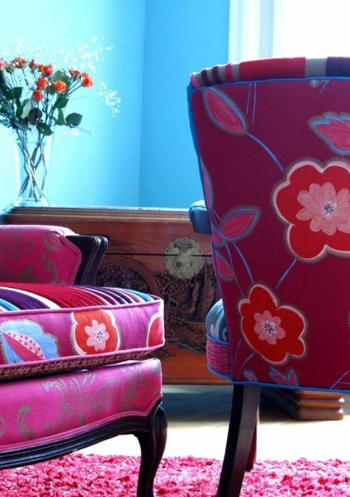 couleur-framboise-canapés-aux-motifs-floraux-tapis-rose