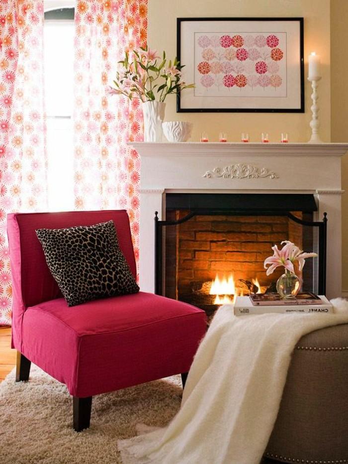 couleur-framboise-cheminée-blanche-et-fauteuil-rose