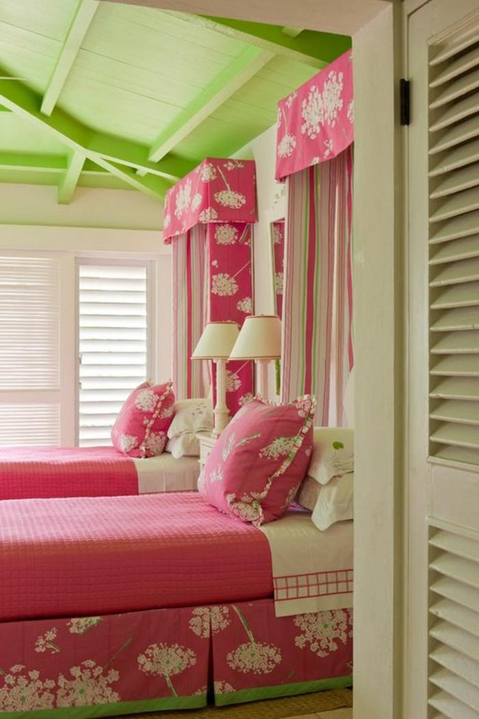 couleur-framboise-plafond-vert-chambre-à-coucher