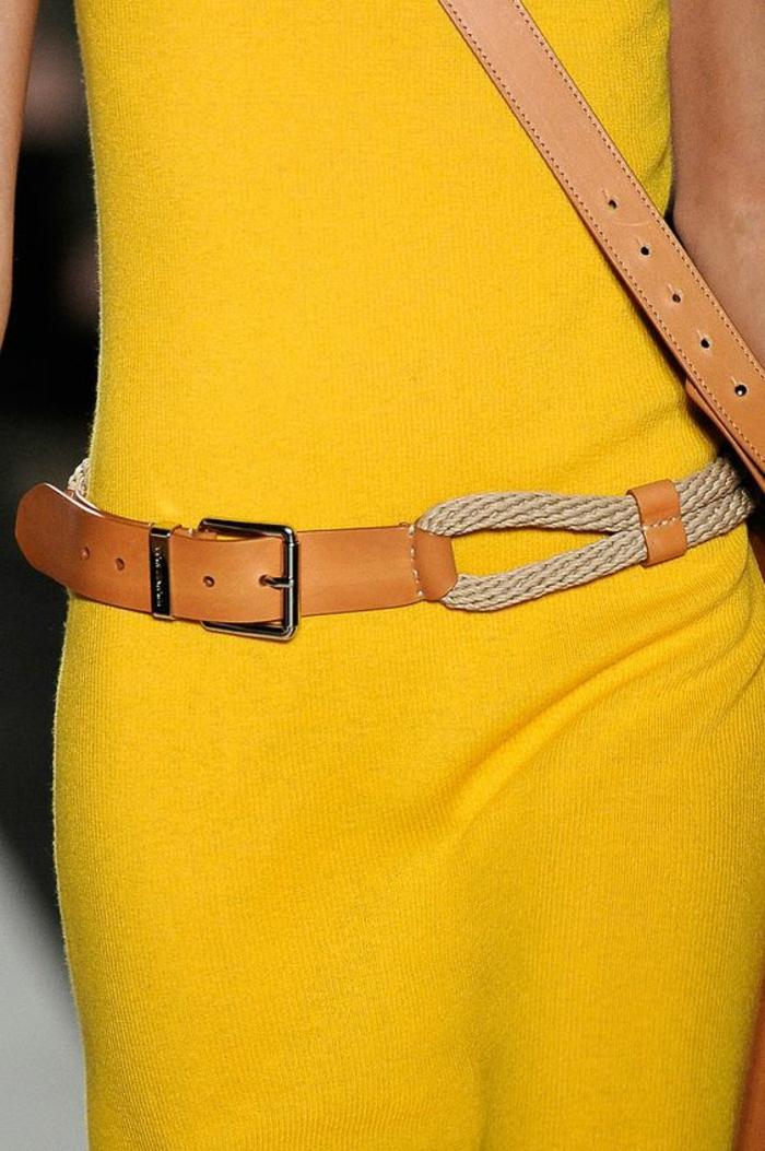 couleur-jaune-moutarde-ceinture-en-cuir-marron