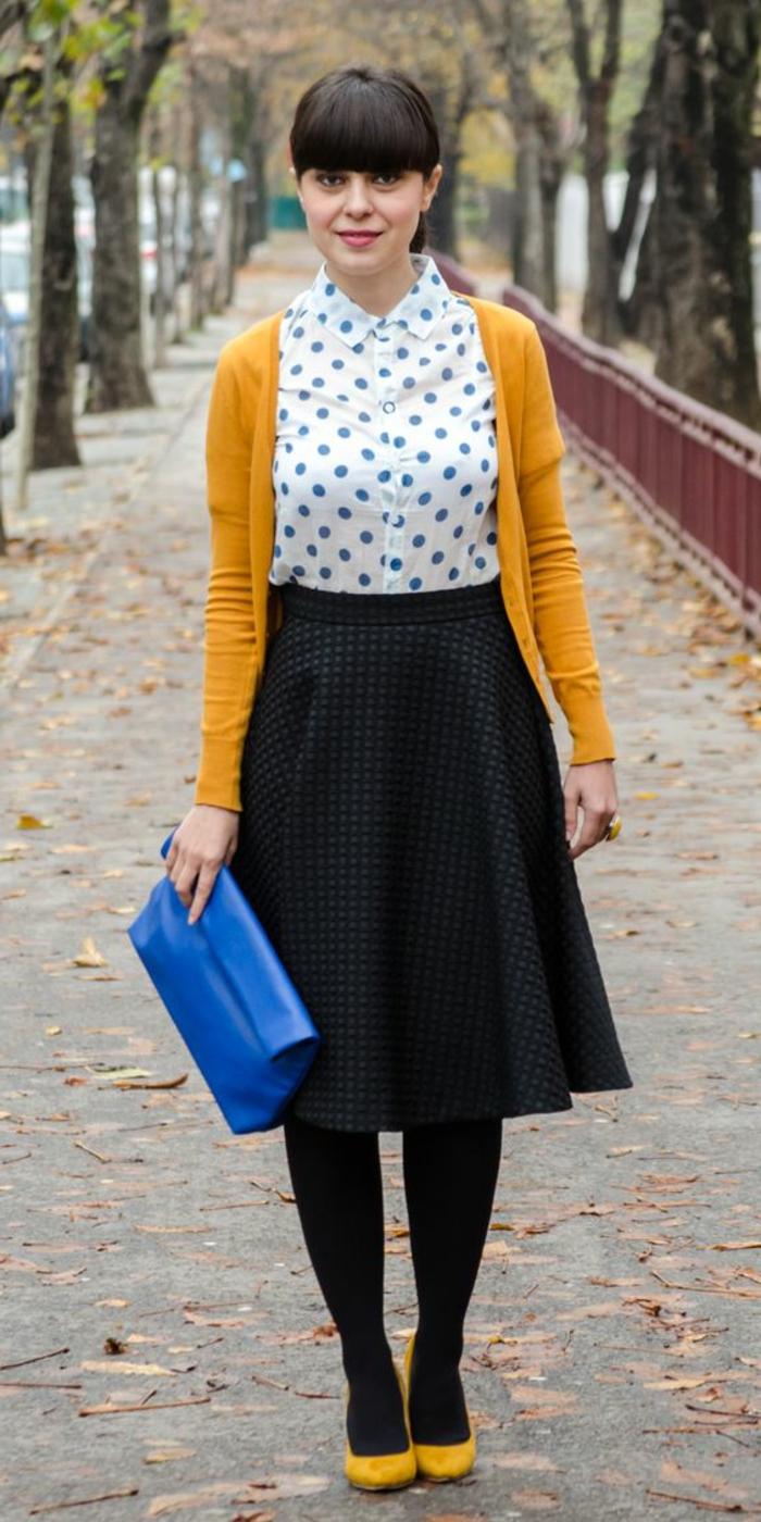 couleur-jaune-moutarde-chemise-blanche-jupe-mi-longue-escarpins-et-jilet-jaunes