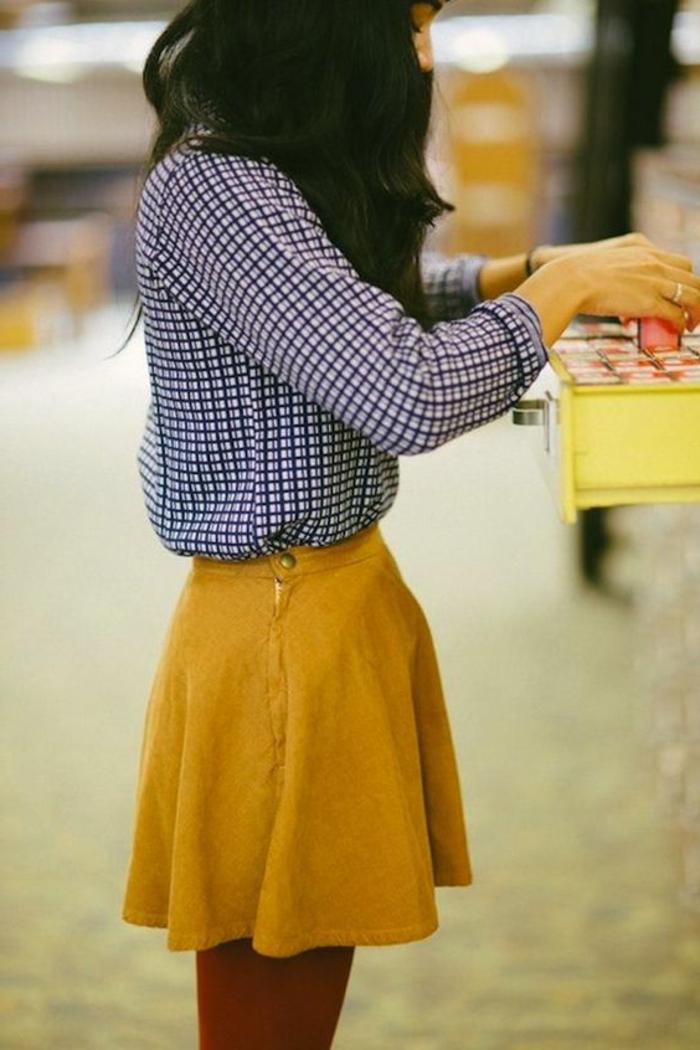 couleur-jaune-moutarde-chemise-carreauxtet-jupe-courte-jaune