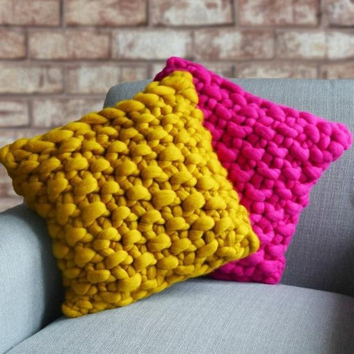 couleur-jaune-moutarde-coussin-rose-et-jaune-objets-de-décoration