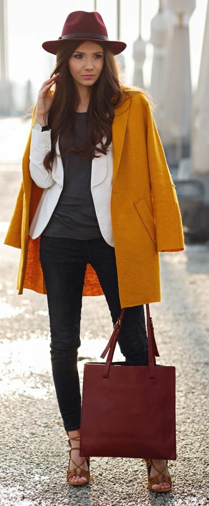 couleur-jaune-moutarde-manteau-élégant-et-jeans-skinny