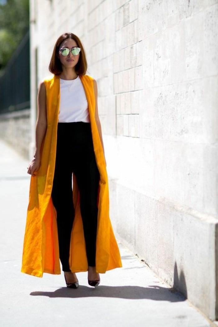 couleur-jaune-moutarde-manteau-long-et-pantalon-noir