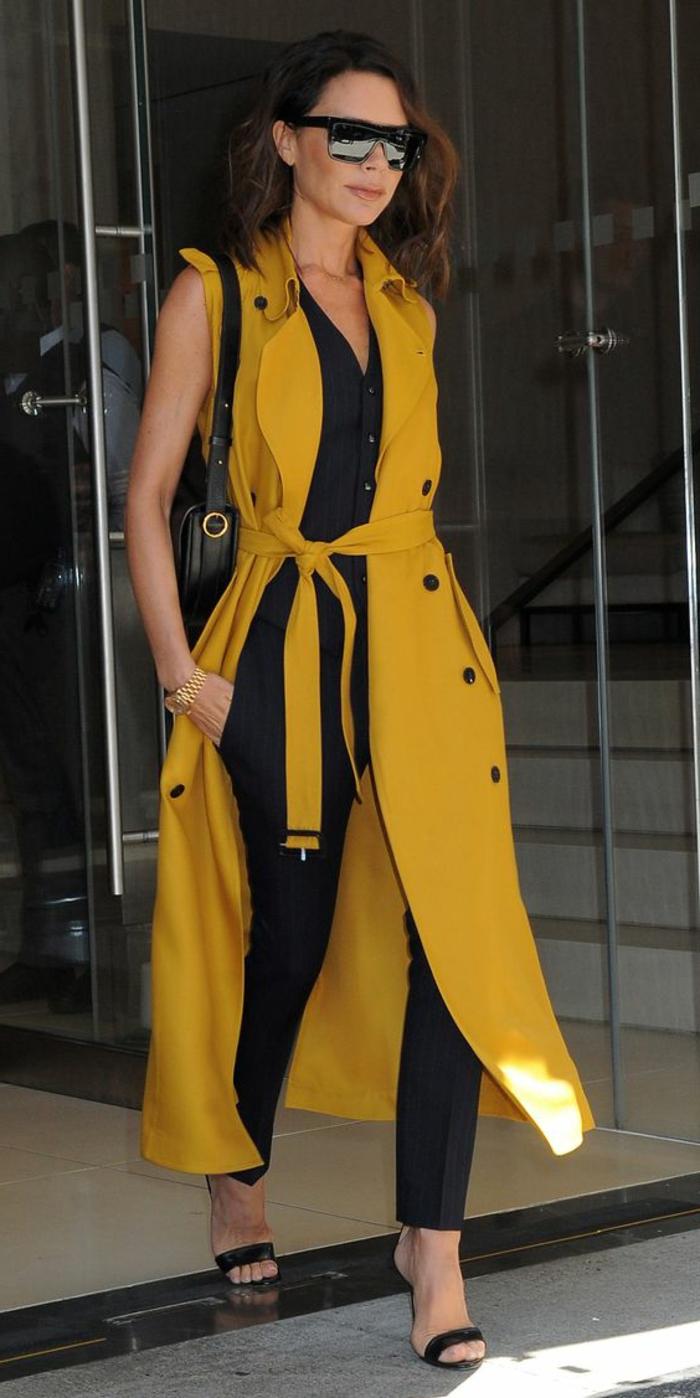 couleur-jaune-moutarde-manteau-long-et-tenue-noire