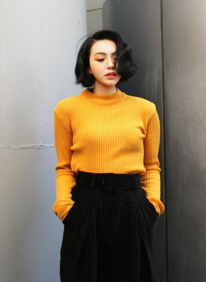 couleur-jaune-moutarde-pull-col-cheminée-et-jupe-noire