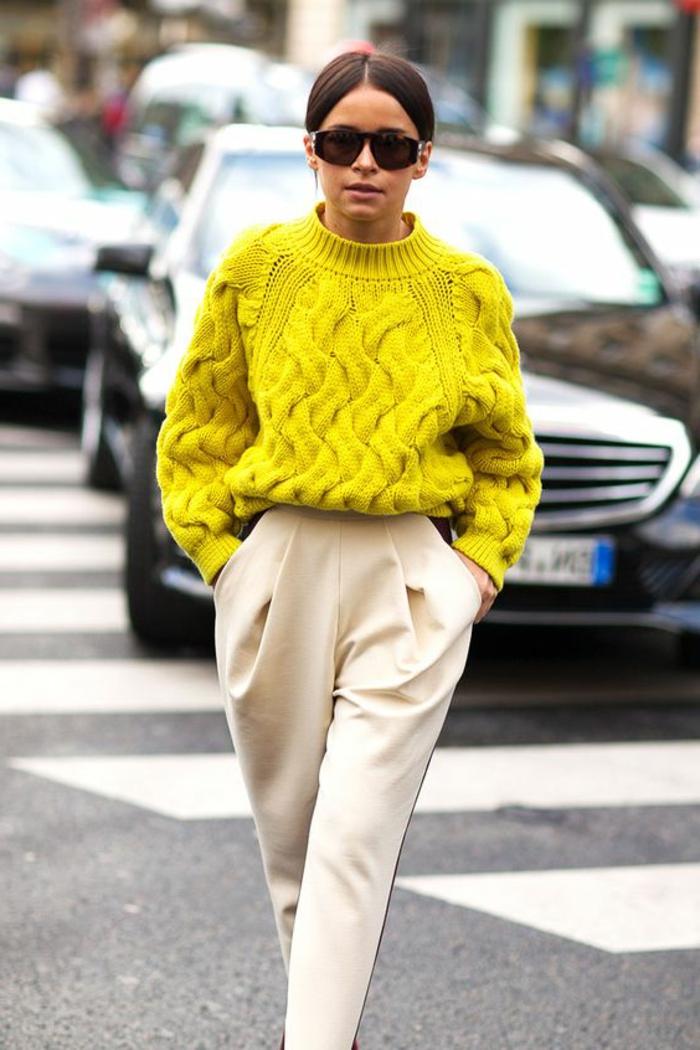 couleur-jaune-moutarde-pull-jaune-et-pantalon-fluide-couleur-crème