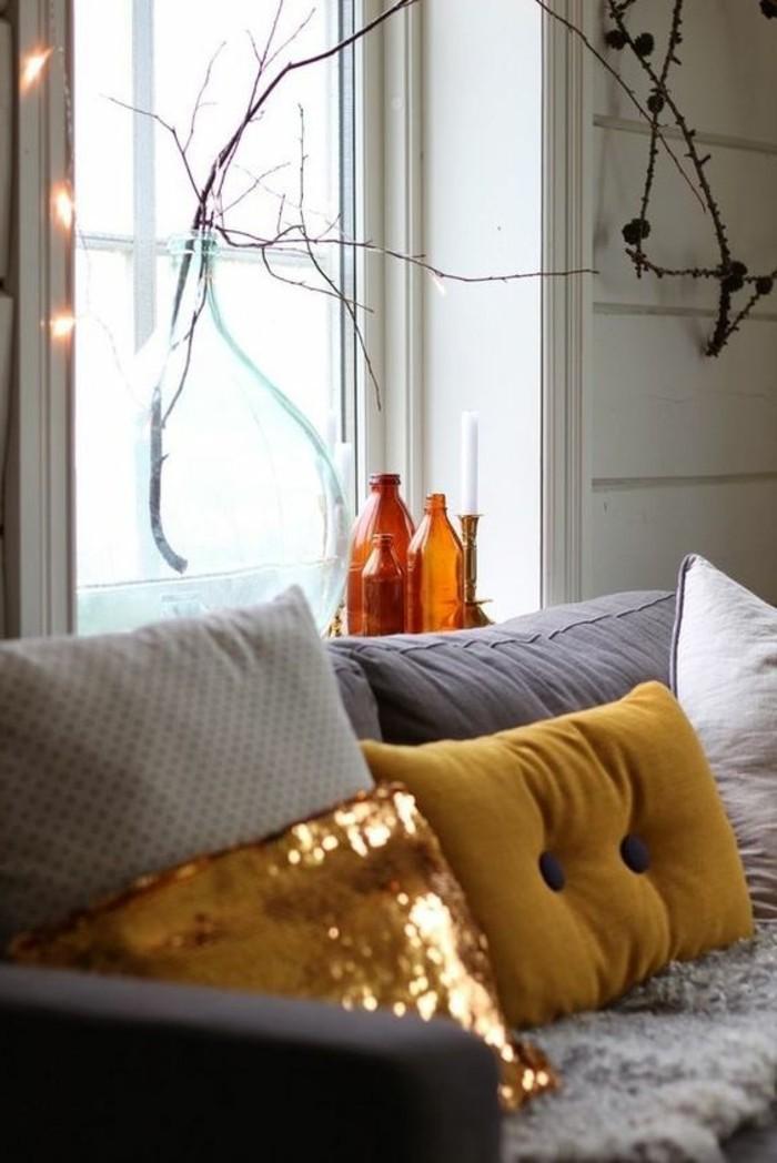 couleur-jaune-moutarde-sofa-gris-deux-coussins-moutarde