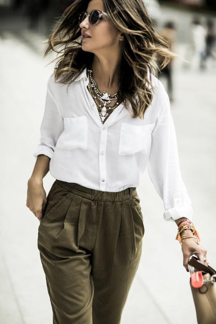 couleur-kaki-élégance-féminine-avec-une-chemise-blanche-et-collier-extravagant