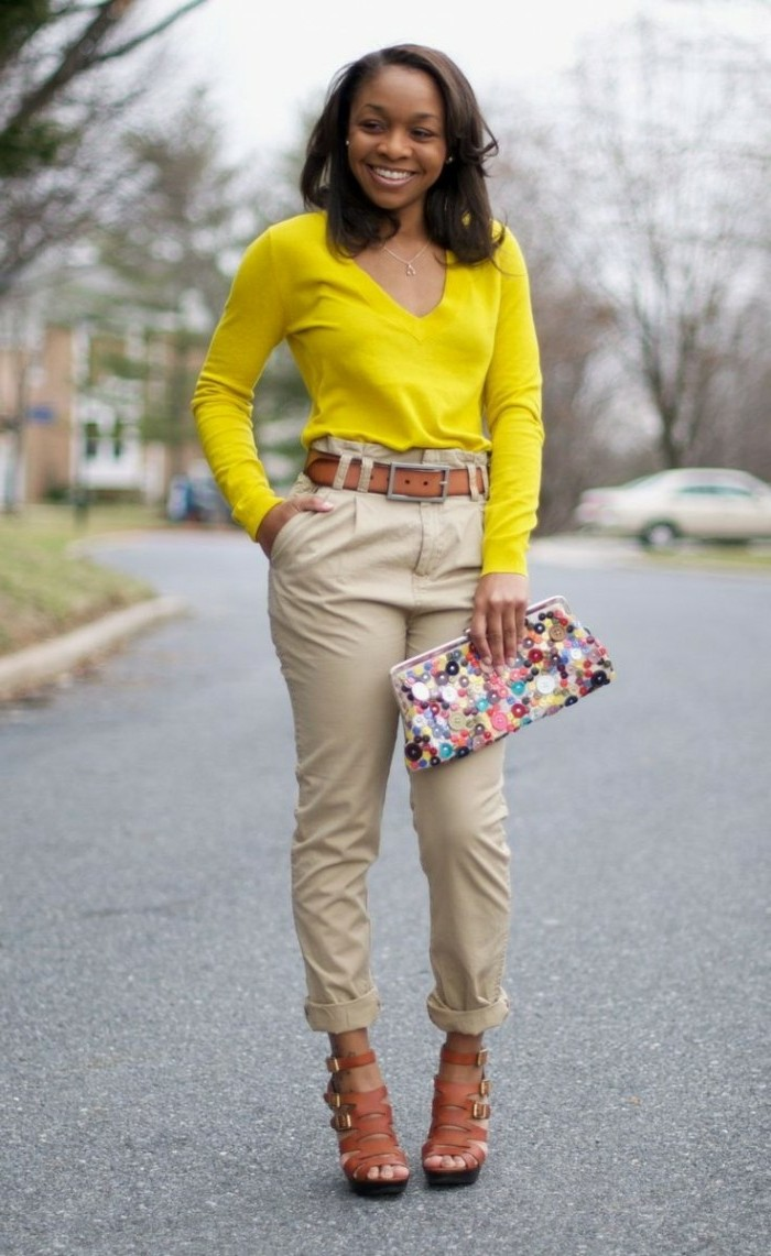 couleur-kaki-blouse-jaune-avec-un-sac-à-main-coloré-ceinture-et-sandales-marron