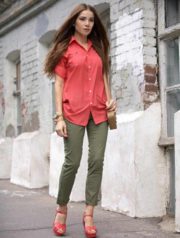 couleur-kaki-chemise-et-sandales-rose-manucure-de-la-même-couleur