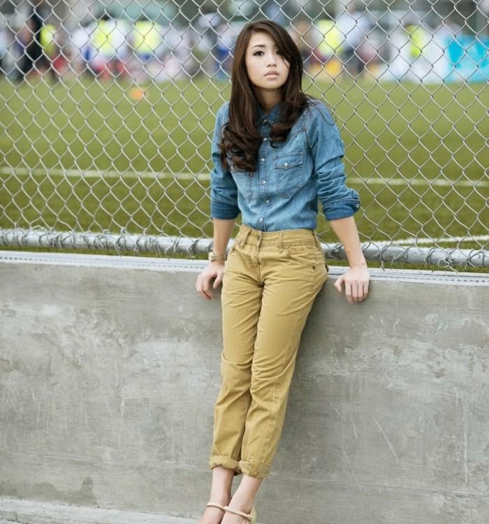 couleur-kaki-pantalon-combiner-avec-une-chemise-en-jean-coiffure-bouclée