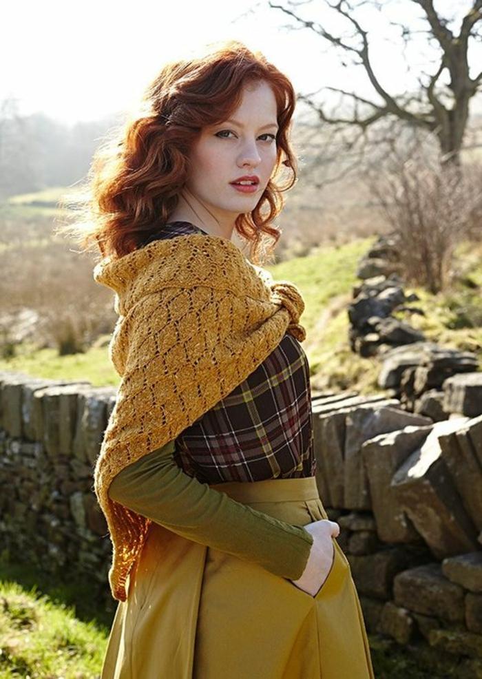 couleur-moutarde-écharpe-tricotée-jupe-plissée