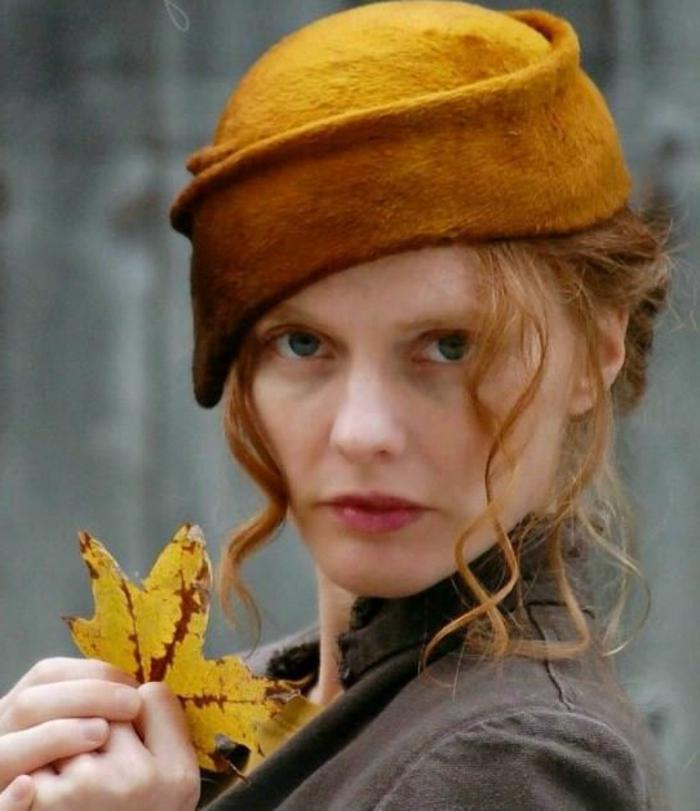 couleur-moutarde-bonnet-femme-jaune-criarde