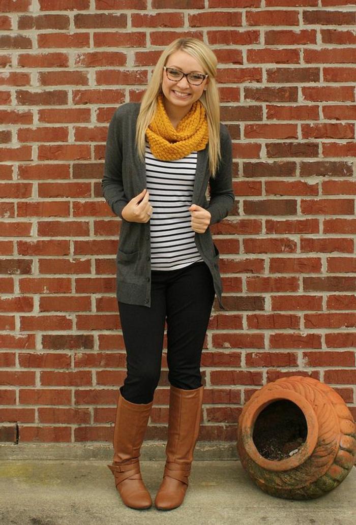 couleur-moutarde-bottes-marron-foulard-jaune-blouse-rayée