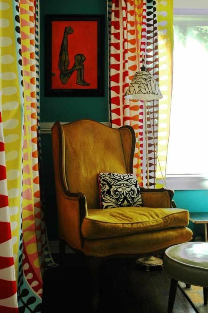 couleur-moutarde-chaise-couleur-rétro-rideaux-multicolores