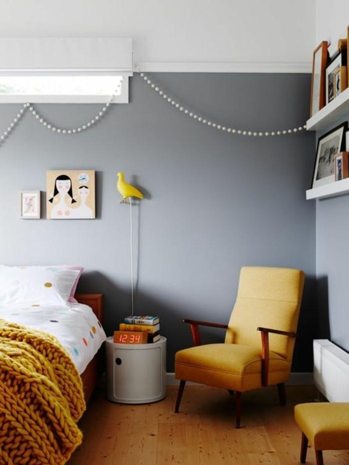 couleur-moutarde-chambre-à-coucher-grise-plaid-tricoté