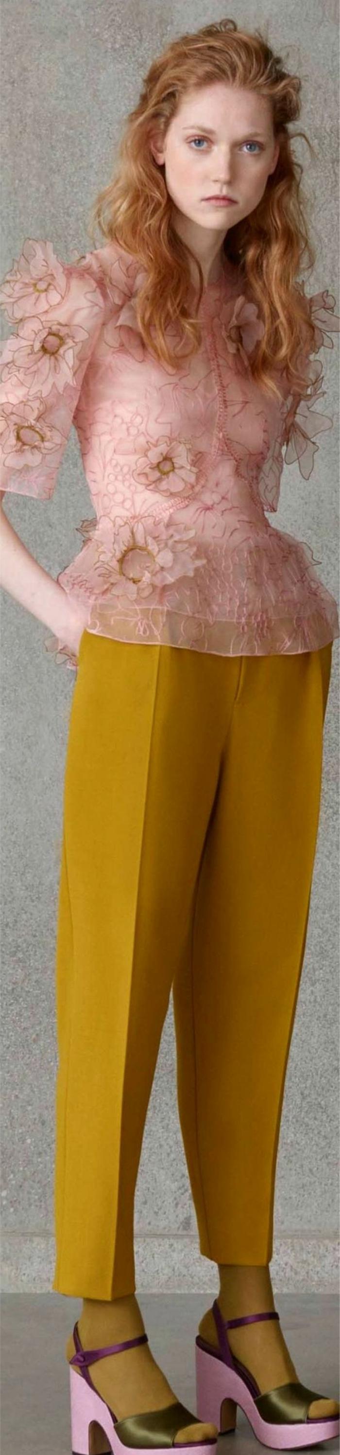 couleur-moutarde-chemise-rose-et-pantalon-jaune
