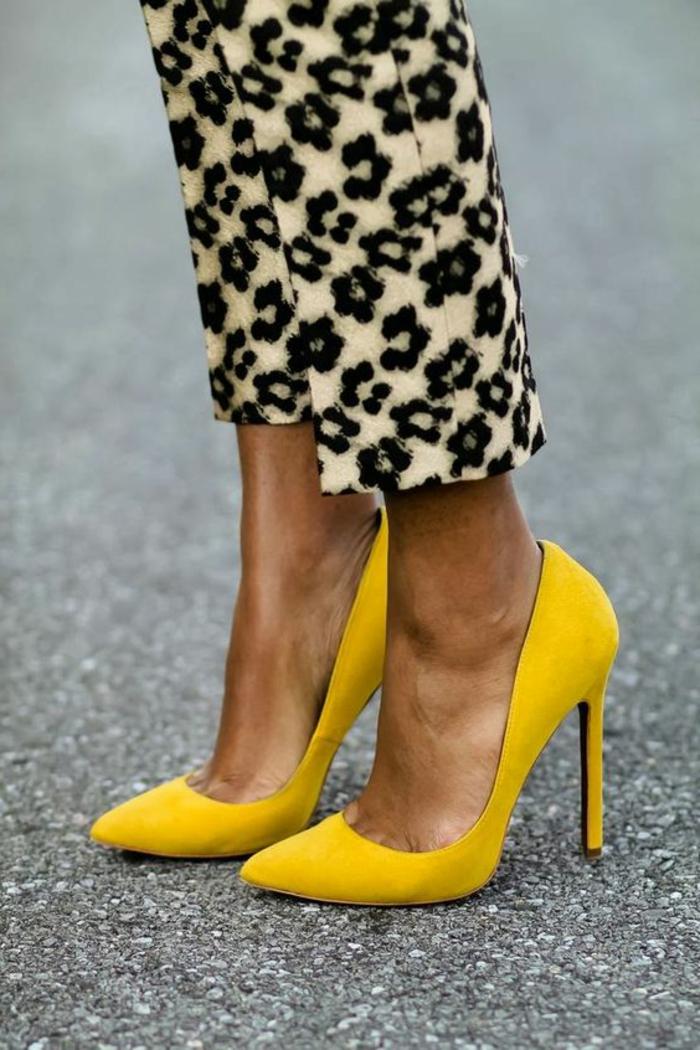couleur-moutarde-escarpins-jaunes-et-pantalon-graphique