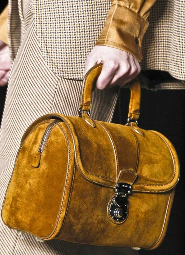 couleur-moutarde-sac-en-velours-sac-à-mains-et-costume-élégante
