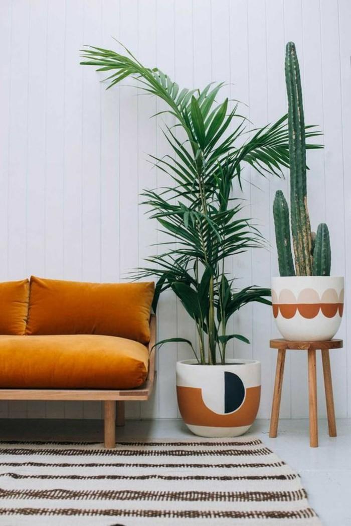 couleur-moutarde-sofa-et-pots-de-fleurs-tapis-rayures